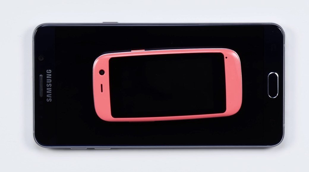 Pequeno smartphone Android comparado ao Samsung Galaxy Note