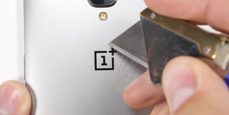 Teste de riscos na parte traseira do OnePlus 3