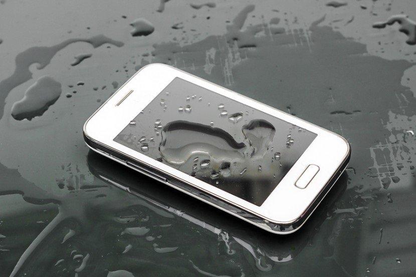 smartphone sobre água