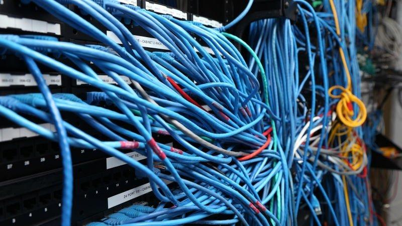 Servidores e cabos de rede